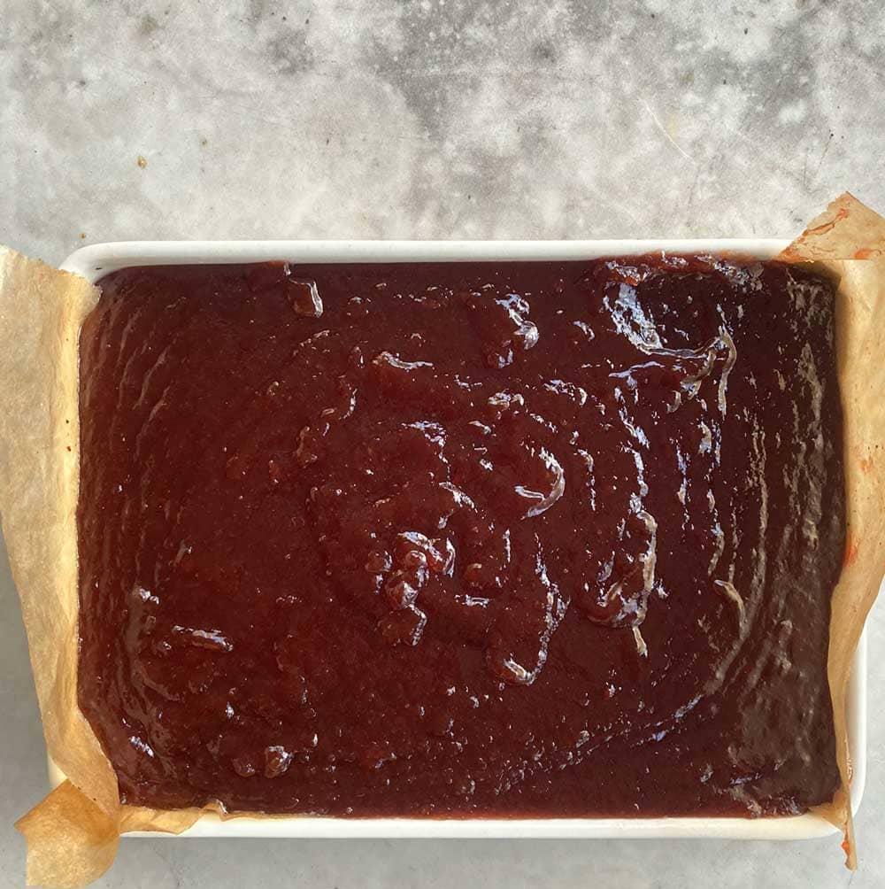 Dn färdiga gyllenröda marmeladen i sin plåt.