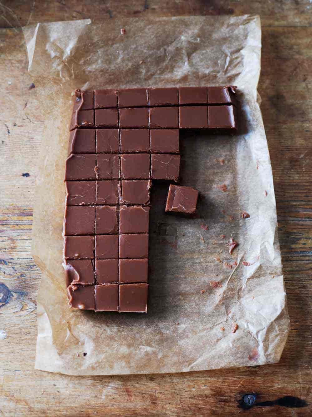 Chokladfudge på smörpapper.