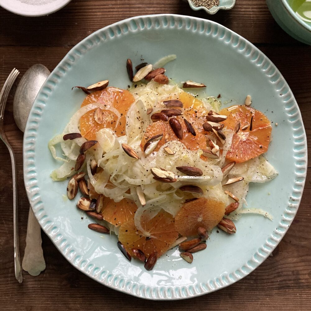 Fänkål, nötter och apelsiner i tallrik