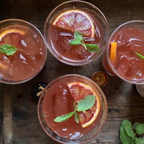 4 glas med drinkar och is