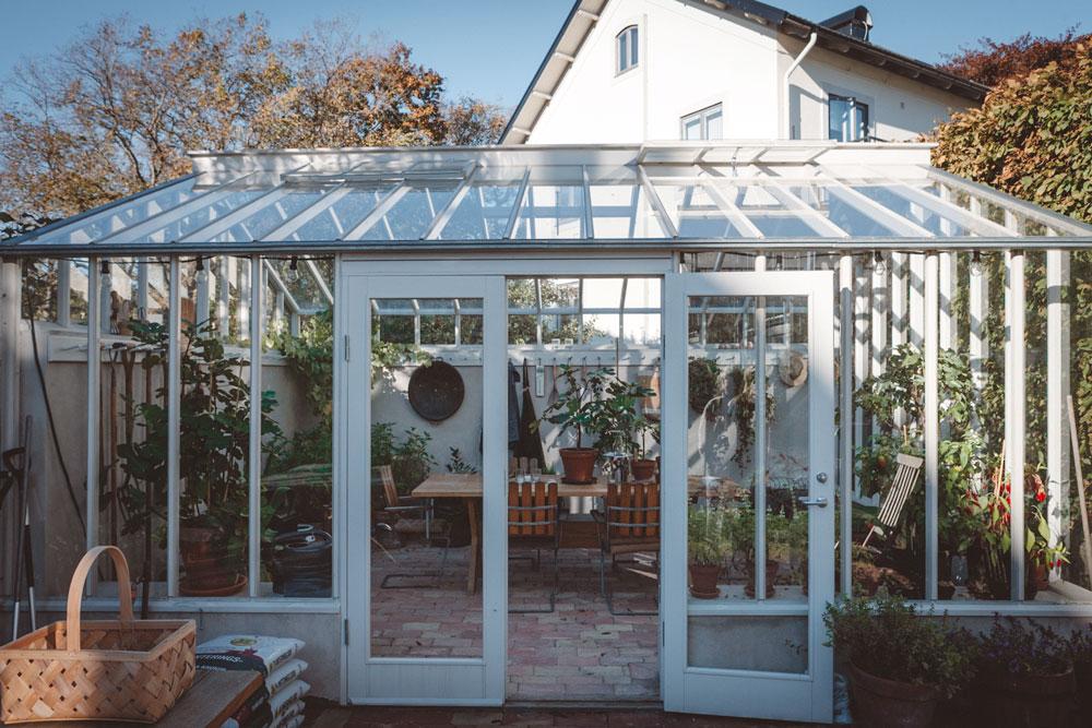 Helglasad dubbeldörr på växthus.