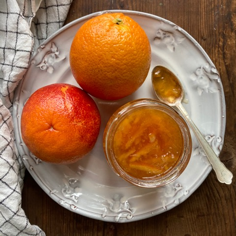 apelsiner o marmelad på tallrik