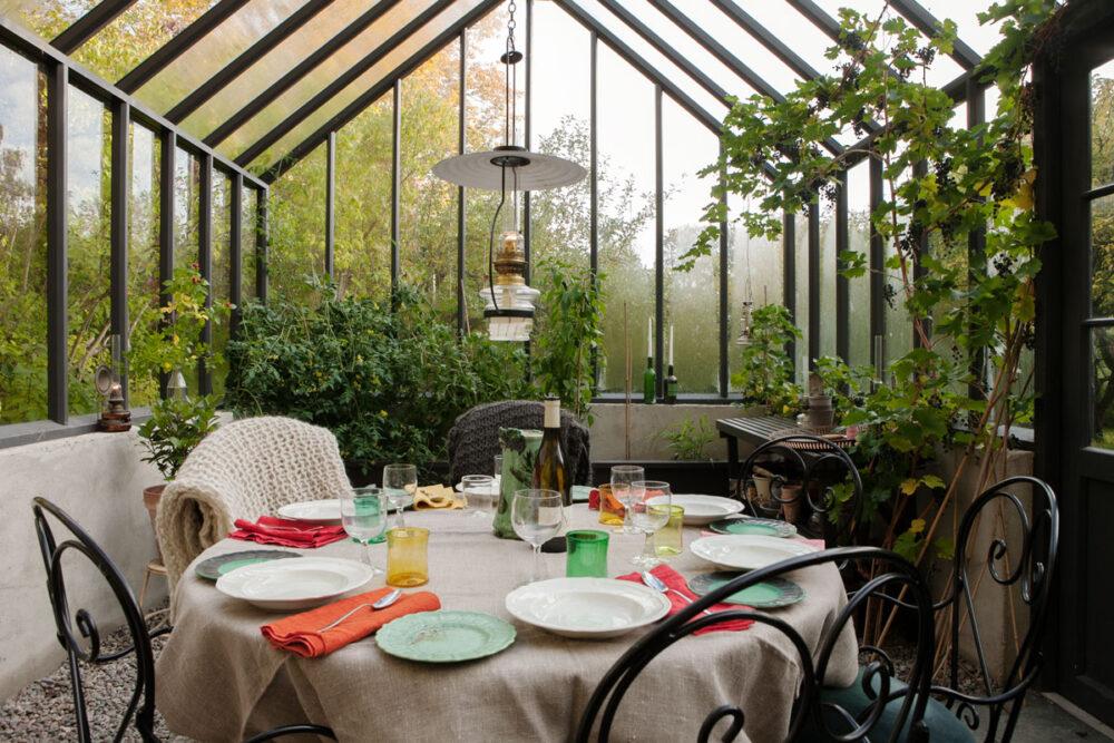 Dukat bord i grått växthus.