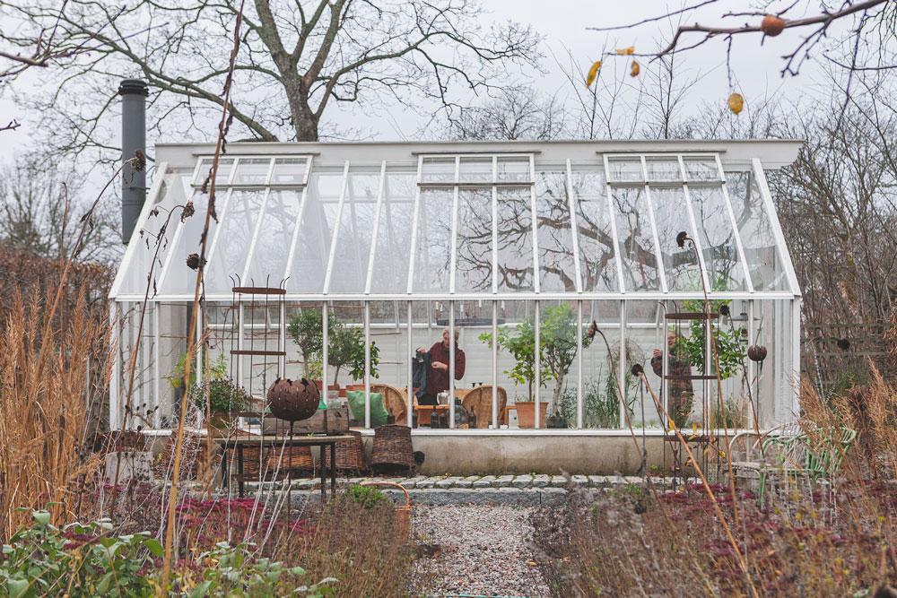 Vitt växthus med sadeltak.