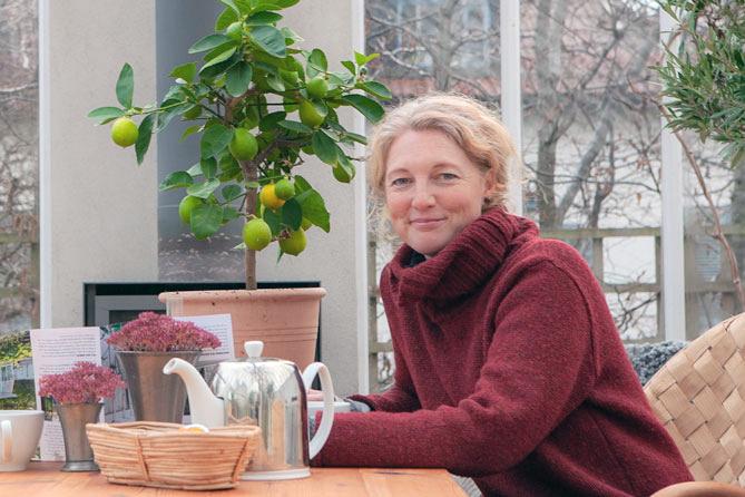 Kvinna vid ett bord