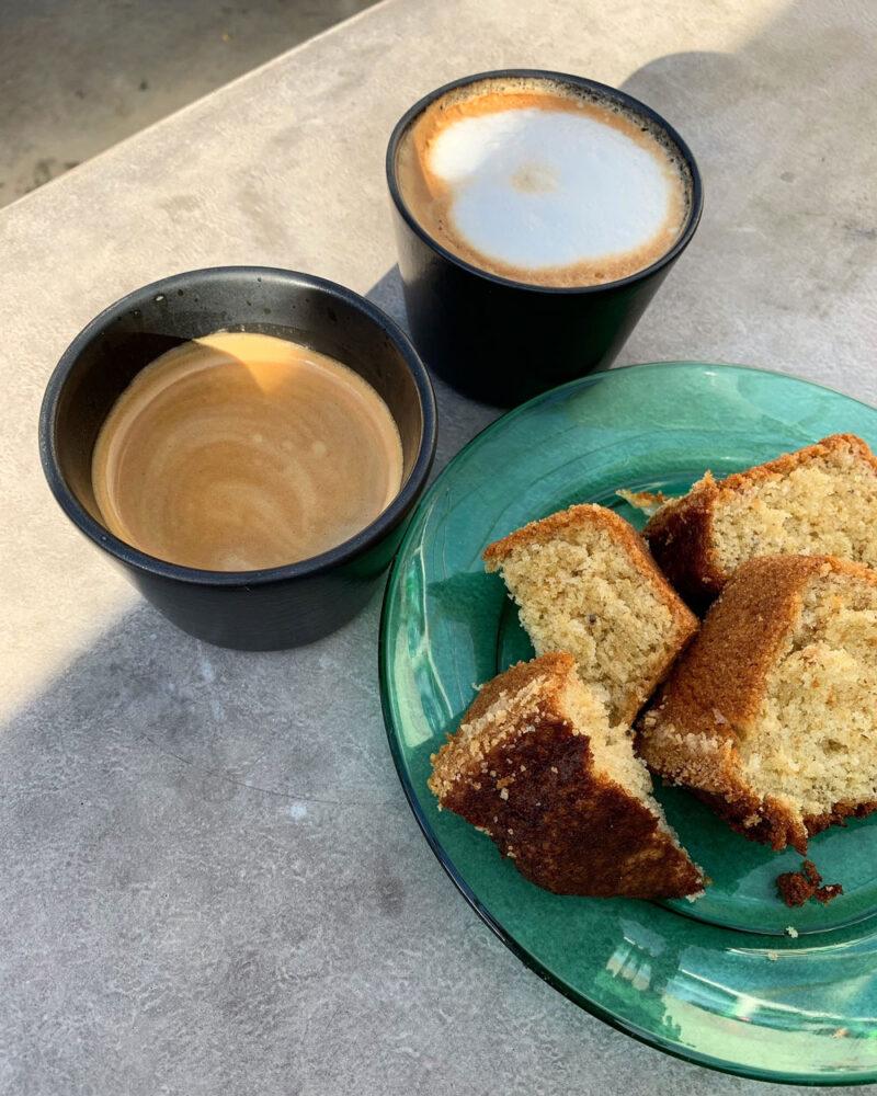 Kaffekoppar och sockerkaka.