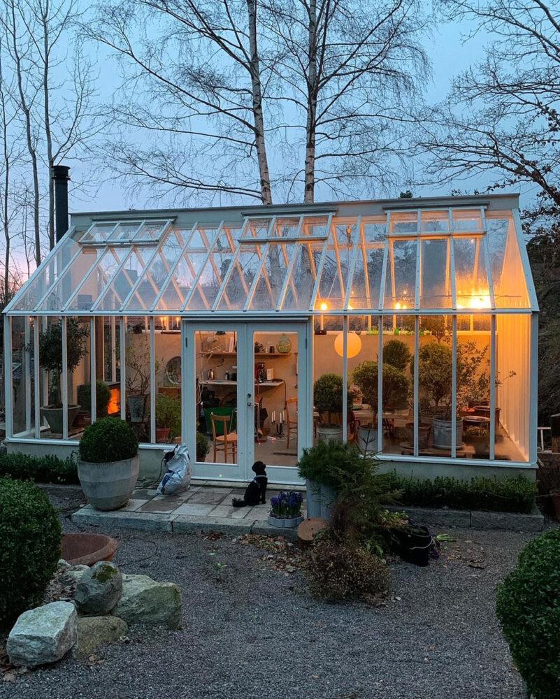 växthus i skymningsljus.