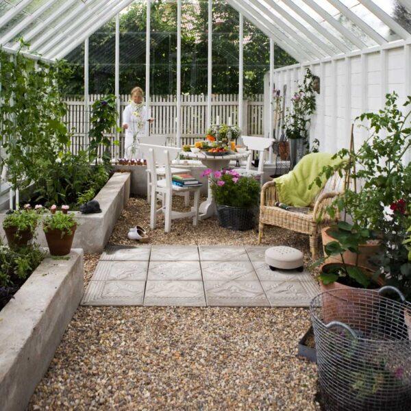 Grus och betong som golv i växthus.