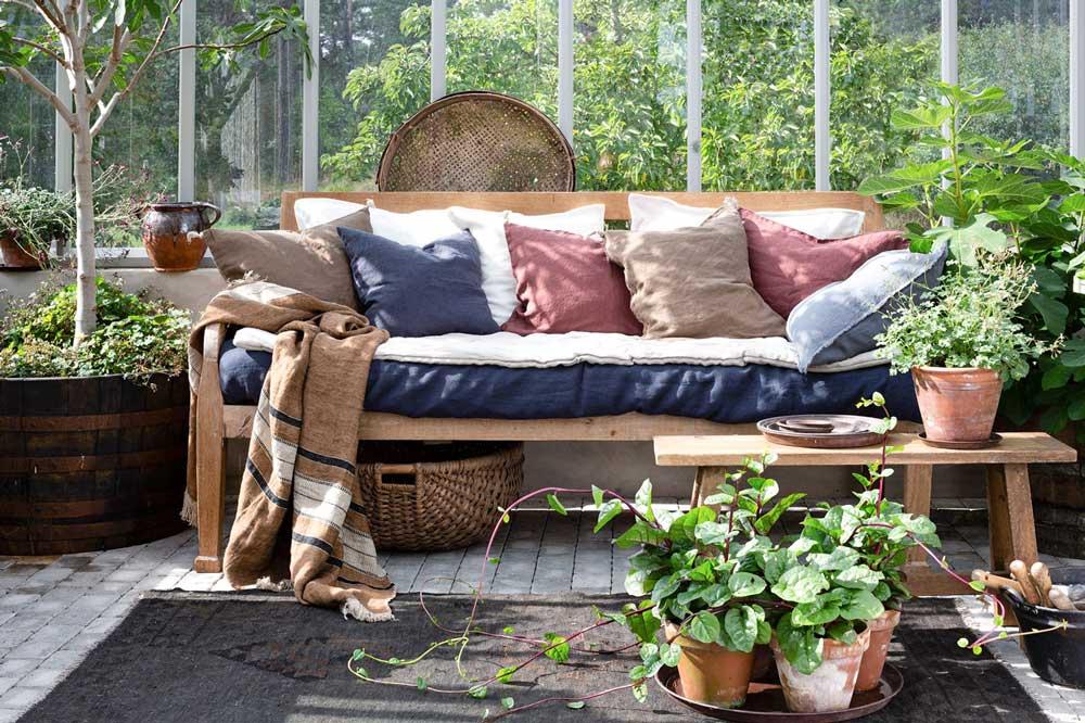 En soffa i växthuset