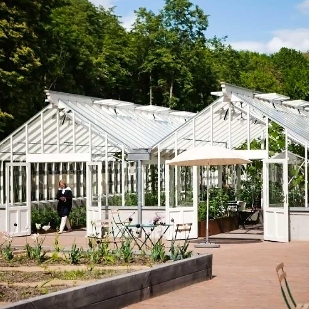 två vita växthus