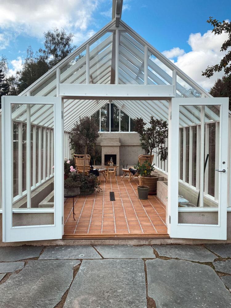 Växthusgavel med öppna dörrar