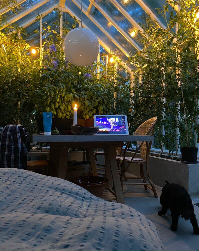 Person övernattar i växthus.